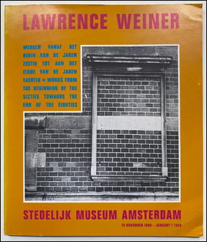 LAWRENCE WEINER: WERKEN VANAF HET BEGIN VAN DE JAREN ZESTIG TOT AAN HET EINDE VAN DE JAREN TACHTIG / WORKS FROM THE BEGINNING OF THE SIXTIES TOWARDS THE END OF THE EIGHTIES. [WAT OP DE TAFEL STAAT OP DE TAFEL / WHAT IS SET UPON THE TABLE SITS UPON THE TABLE.]